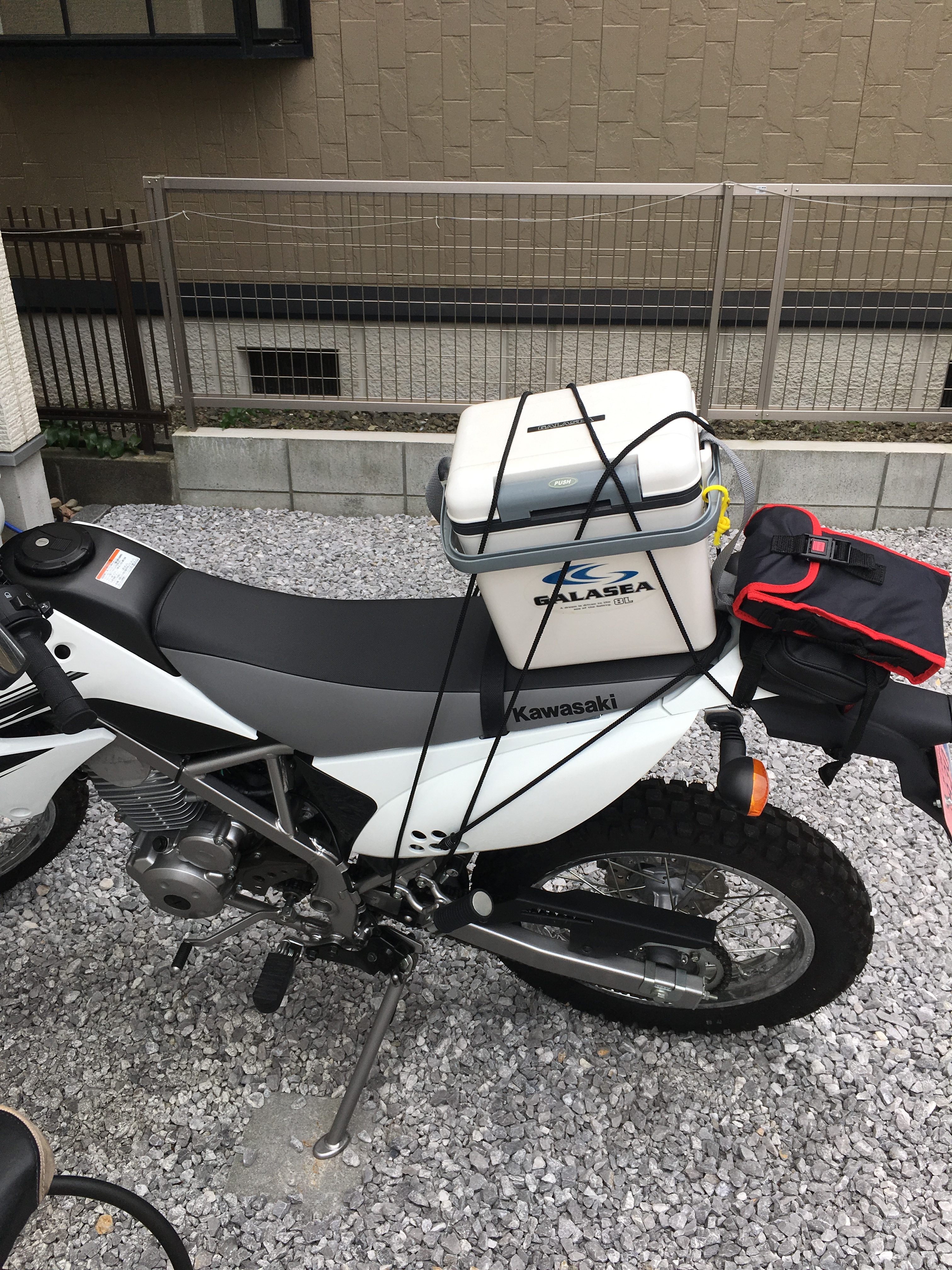 バイクにクーラーボックスを固定