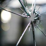 ガラスが割れる