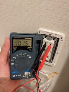 増設したコンセント側の電圧